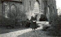 Detje Houwing voor de kerk van Loppersum